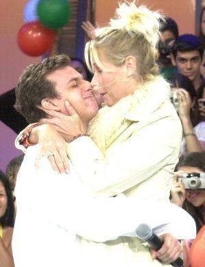 Xuxa dando um beijinho de esquimó no amigo e apresentador Luciano Huck