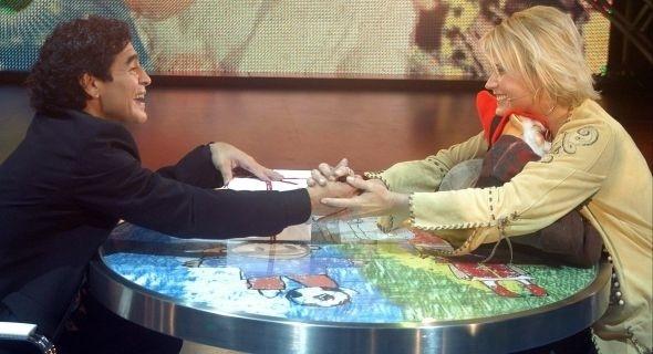 """Maradona recebe Xuxa em seu programa, """"La Noche del Diez"""", em Buenos Aires (2005)"""