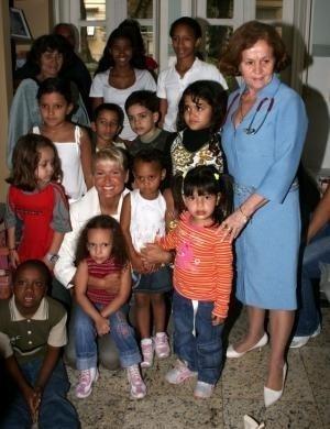 """Xuxa na sede do projeto Pró Criança Cardíaca (3/9/07). Nesse ano a apresentadora sofreu com a polêmica do filme """"Amor Estranho Amor"""" lançado em 1982. Mara Maravilha chegou a dizer que """"Xuxa pecou e deve estar arrependida"""" em relação ao filme"""