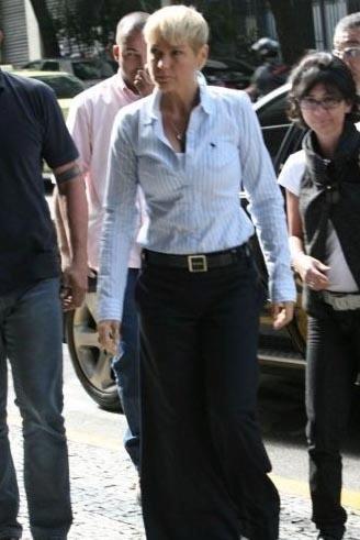 Xuxa em visita ao filho de Cláudia Leitte, Davi, internado com meningite em um hospital da zona sul do Rio de Janeiro (7/5/09)