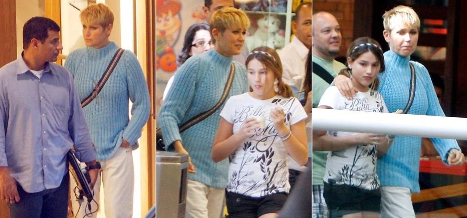 Cercada por seguranças, Xuxa passeia com a filha Sasha em shopping no Rio de Janeiro (23/8/09)