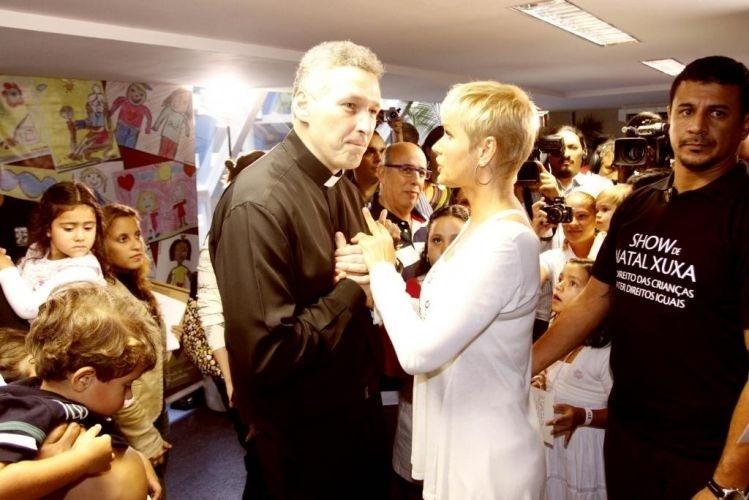 5.dez.2009 - Xuxa com o Padre Marcelo Rossi durante Simpósio dos Direitos Humanos