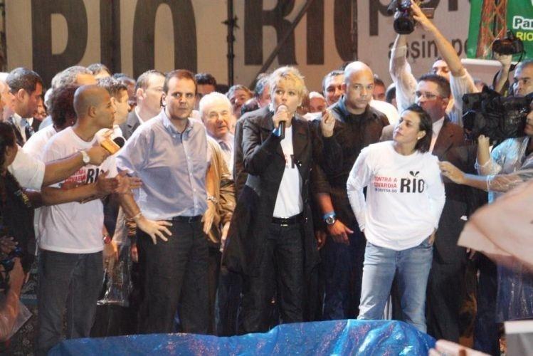 Durante o evento 'Contra a Covardia em Defesa do Rio' (na Candelária, Rio de Janeiro), a apresentadora Xuxa Meneghel discursou contra a redistribuição dos royalties do petróleo (17/3/10)
