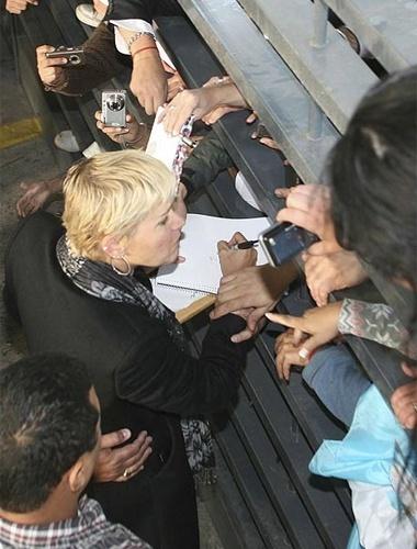 Em visita a Buenos Aires (13/5/11), a apresentadora Xuxa foi assediada por centenas de fãs no aeroporto da cidade argentina. Na ocasião, Xuxa foi participar da primeira temporada do programa de Susana Gimenez. Ela não visitava o país há 5 anos