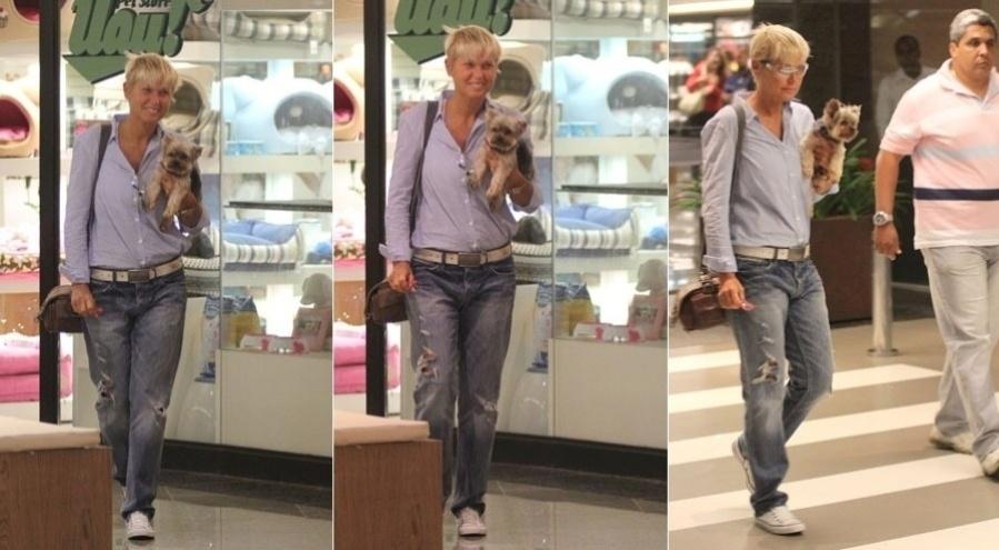 Xuxa passeia em shopping acompanhado do cãozinho, Dudu, no Rio (30/1/12) A apresentadora levou o yorkshire a um pet shop