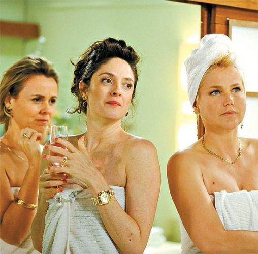 "A apresentadora Xuxa fica só de toalha na série ""As Brasileiras"" da TV Globo (março/2012). Xuxa protagonizou o episódio interpretando a socialite Rita. Na foto, ela aparece com Giulia Gam e Bianca Byington"
