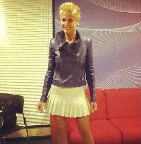 """De minissaia, Xuxa grava o programa """"TV Xuxa"""" (24/5/12). A imagem foi divulgada pela assessoria da apresentadora por meio de uma página do Facebook. Recentemente, Xuxa contou que sofreu abuso sexual da infância até os 13 anos"""