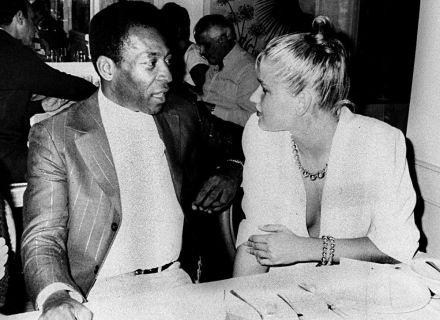 Pelé conversa com a modelo Xuxa, sua namorada na época, em restaurante (1982)