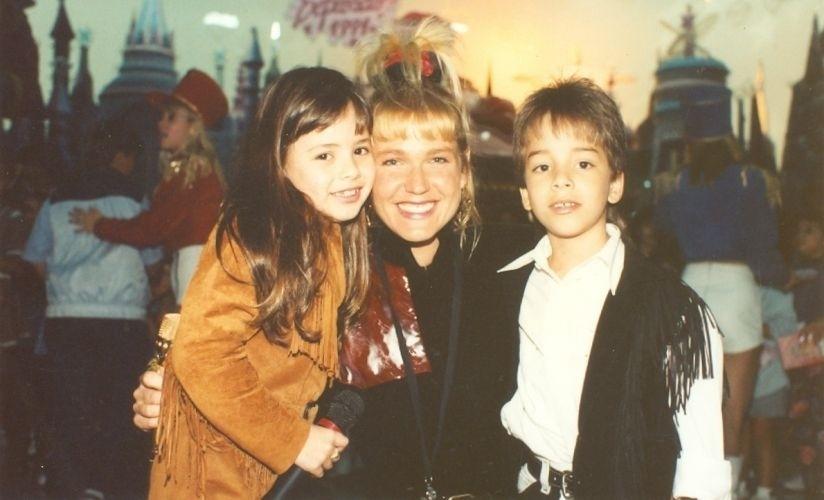 Sandy e Junior posam com Xuxa após apresentação no programa da loira (1991)