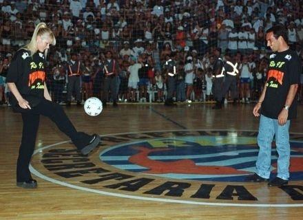Xuxa bate bola com o jogador Edmundo, no 2º Réveillon Criança Feliz, no Rio de Janeiro (1998)