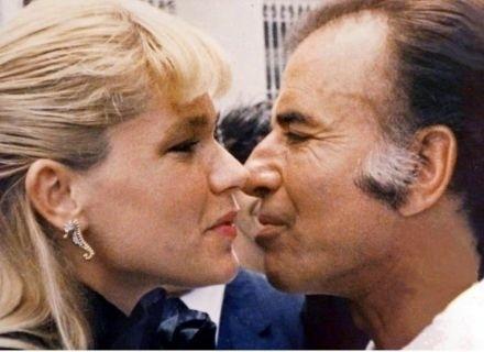 Xuxa beija o então presidente da Argentina, Carlos Menem, em visita ao país (1990)