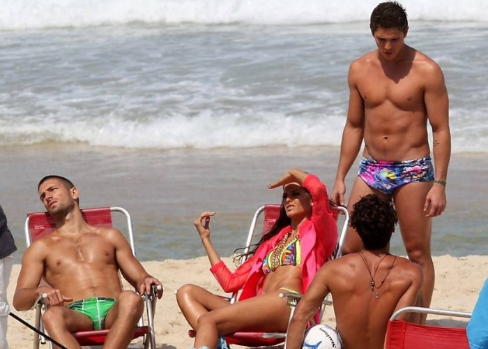 A modelo Izabel Goulart e o ator Rômulo Arantes Neto alegraram o dia dos banhistas que circulavam pela praia de Ipanema, na zona sul do Rio de Janeiro. Ambos exibiram o corpo em excelente forma física, enquanto participavam de uma sessão de fotos (4/9/12).