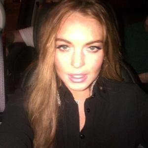 """Depois do episódio na casa do amigo, Lindsay postou no Twitter uma foto em que aparece usando brincos da amiga Lady Gaga. Em seguida, Gaga brincou com Lohan no microblog. """"Esses brincos são meus? Isso é embaraçoso"""", escreveu Gaga (29/8/12)"""
