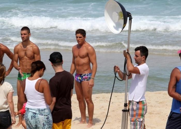 O ator Rômulo Arantes Neto alegrou o dia dos banhistas que circulavam pela praia de Ipanema, na zona sul do Rio de Janeiro. Ele exibiu o corpo em excelente forma física, enquanto participava de uma sessão de fotos (4/9/12).