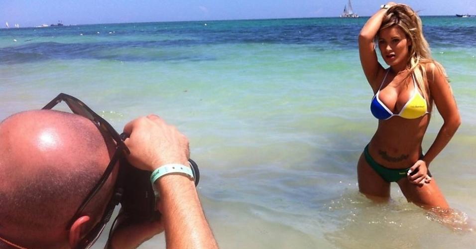 """Andressa Urach, ex-dançarina do cantor Latino, aproveitou sua estadia na praia de Punta Cana, na República Dominicana, para fazer campanha por votos no concurso """"Miss Bumbum Brasil 2012"""" no mar do caribe (5/9/12). A gata, que representa o Estado de Santa Catarina, posou para fotos usando o biquíni oficial do concurso. Este é o segundo ano seguido que Andressa tenta conquistar o título"""