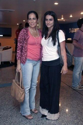 20.dez.2010 - A atriz Glória Pires e a filha Cleo vão ao show de Maria Gadú e Caetano Veloso em uma casa de shows no Rio