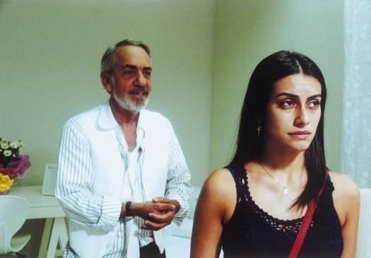 """Set.2003 - Cleo Pires em cena com Paulo José no filme """"Benjamin"""", dirigido por Monique Gardenberg"""