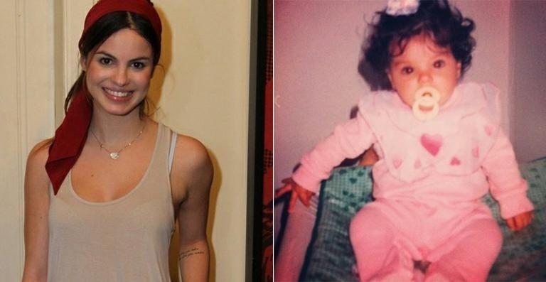 """Sthefany Brito compartilhou foto da infância no Twitter. A atriz não era um bebê muito fofo? Divertida, Sthefany fez brincadeira com seu cabelo na época 'cute'  """"Dava até pra fazer trança embutida de tanto cabelo!"""", escreveu (5/9/12)"""