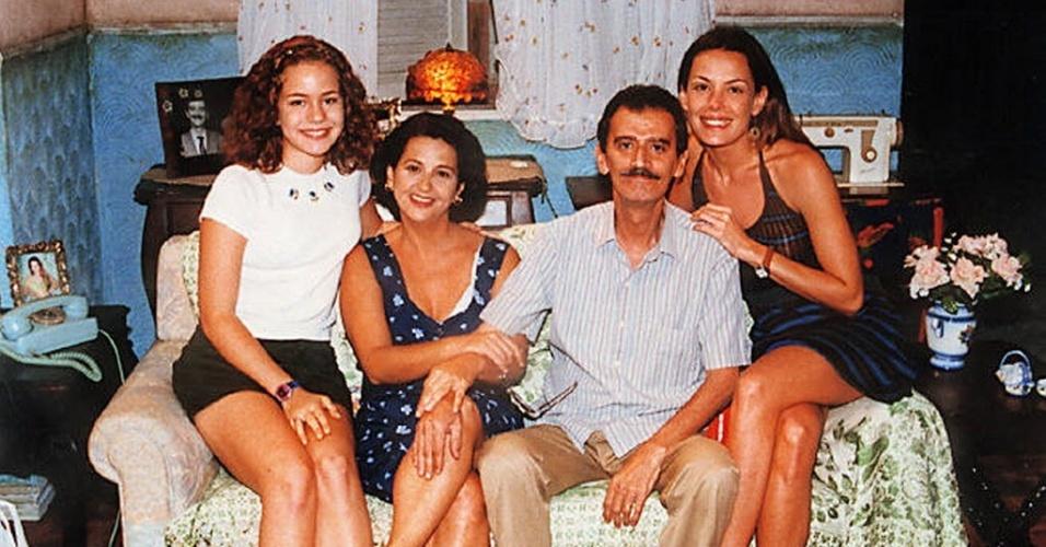 """1998 - A atriz Leandra Leal ao lado de parte do elenco da novela """"Pecado Capital"""". Da esq. pra dir.: Leandra Leal, Mara Manzan, André Valli e Carolina Ferraz. No remake da trama de Janete Clair, os personagens interpretados por eles formavam uma família"""