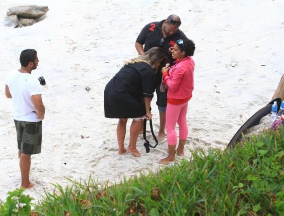"""Graciella Carvalho, vice-miss Bumbum 2011 e apresentadora do """"Malícia"""" (Multishow),  foi flagrada tirando a calcinha em ensaio sensual na praia (6/9/12)"""