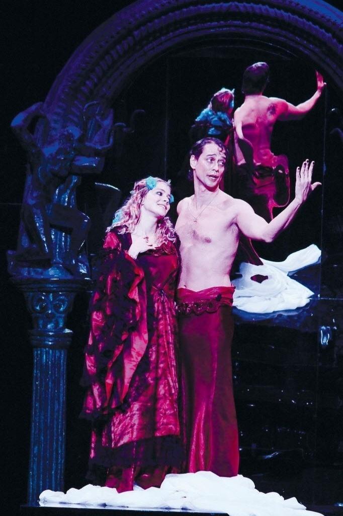 """os atores Leandra Leal e Marcello Antony em cena da peça """"Vestido de Noiva"""", montagem de Gabriel Villela no texto de Nelson Rodrigues"""