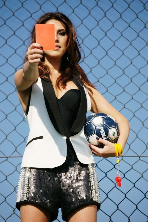 """Torcedora roxa do São Paulo, Fernanda Paes Leme posou para um ensaio inspirado no futebol, as fotos são para o site """"We Pick"""". Abusando de toda a sua sensualidade, a atriz tomou banho de chuveiro, encarnou uma juíza e vestiu a camisa do seu time de coração"""