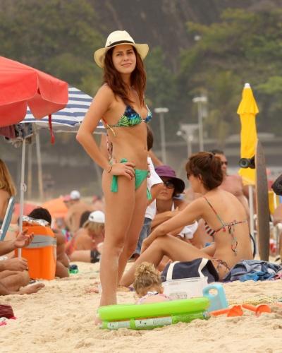 Fernanda Paes Leme é clicada curtindo a praia do Leblon, no Rio, no feriado (7/9/12)