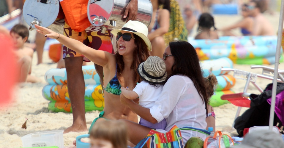 Fernanda Paes Leme se divertiu na praia do Leblon, no Rio, com a atriz Fernanda Rodrigues, acompanhada da filha (7/9/12)