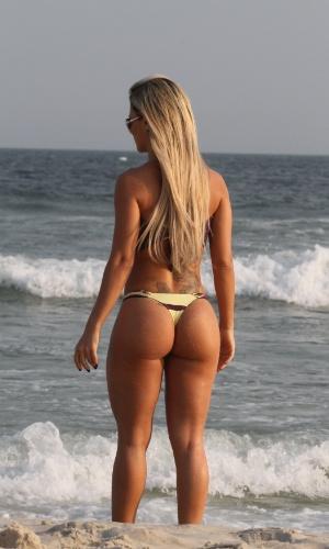 Ludmila Lopez, a Miss Bumbum Goiás, exibiu suas belas curvas na praia da Barra do Rio de Janeiro (8/9/12)