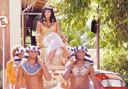 """Nov.2005 - A atriz Cleo Pires foi Cleópatra em episódio do programa """"Clara e o Chuveiro do Tempo"""", da TV Globo"""