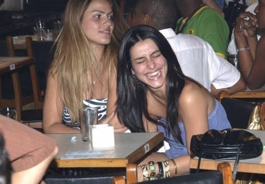 Dez.2006 - A atriz Cleo Pires dá uma gostosa gargalhada durante a gravação do DVD do cantor Bena Lobo, amigo dela, no Rio