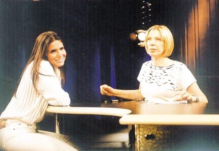A atriz Malu Mader sendo recebida por Marília Gabriela no programa da apresentadora no GNT (19/2/02)