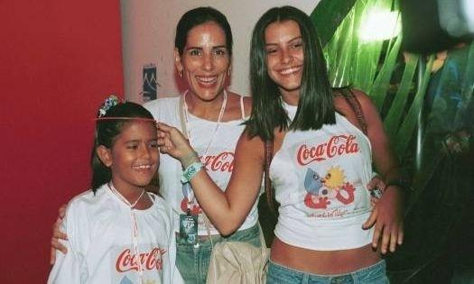 Jan.2001 - Antes da fama, Cleo Pires com a mãe e a irmã Antônia no Rock in Rio