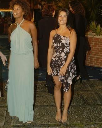 Abr.2005 - Ao lado de Thalma Freitas, Cleo Pires chega para a festa de 40 anos da Globo, no Rio