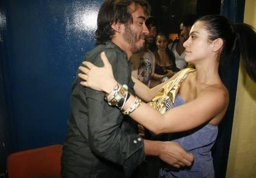 Dez.2006 - Cleo Pires cumprimenta seu amigo Bena Lobo durante gravação do DVD do cantor, no Rio