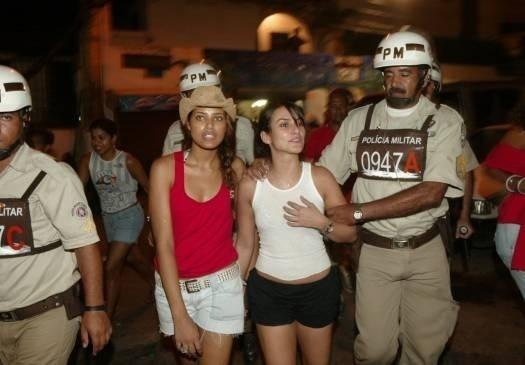 Fev.2007 - Cleo Pires e a inseparável amiga Ildi Silva são escoltadas até o camarote no Carnaval de Salvador (BA)