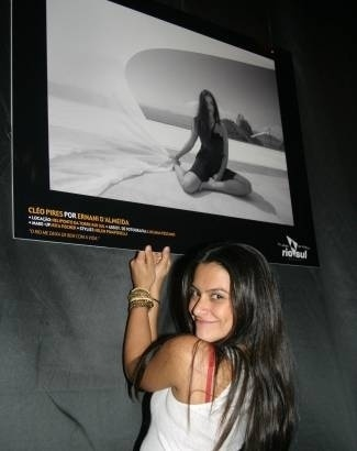 """Mai.2005 - Cleo Pires exibe sua foto na exposição """"O Rio que tem a minha cara"""", no Rio. Ela foi uma das estrelas retratadas na mostra"""