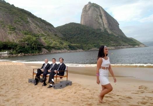 """Fev.2004 - Cleo grava o clipe """"Alegria"""", música tema do filme """"Benjamin"""", com o ator Paulo José e os músicos Chico Buarque e Arnaldo Antunes, na praia Vermelha, no Rio"""