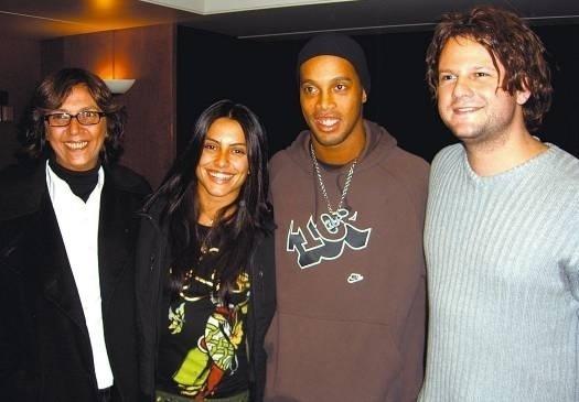 """Jan.2007 - Cleo Pires posa ao lado da produtora Marisa Leão, do jogador Ronaldinho Gaúcho e do ator Selton Mello. Ela estava na Espanha para as gravações de """"Meu Nome Não é Johnny"""""""