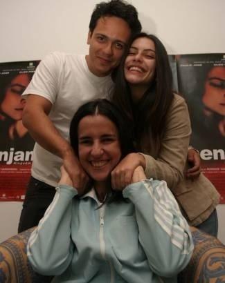 """Mar.2004 - Cleo Pires posa com o ator Danton Melo e a diretora Monique Gardenberg na estreia do filme """"Benjamin"""""""