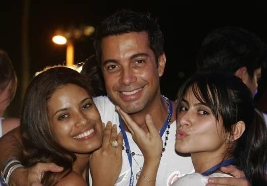 Com a amiga Ildi Silva e Fernando Torquato, Cleo Pires faz biquinho para a foto no Carnaval de Salvador, BA (Fevereiro/2007)