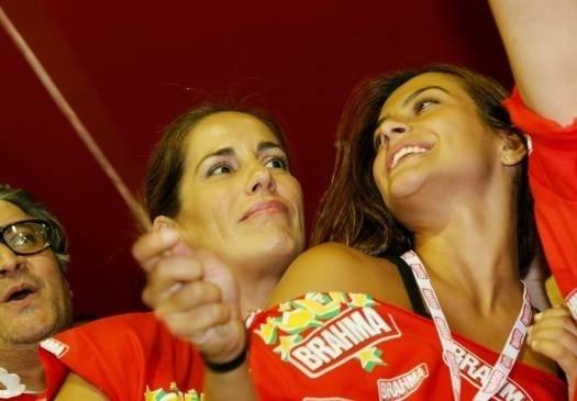 Cleo Pires com a mãe, Glória, no Carnaval carioca (Fevereiro/2006)