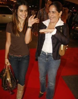 Nov.2006 - Cleo com a mãe, Glória Pires, no espetáculo do Cirque du Soleil no Rio de Janeiro