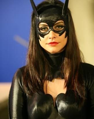"""Mai.2007 - Com lentes verdes, Cleo Pires ataca de Mulher Gato no """"Casseta e Planeta"""""""