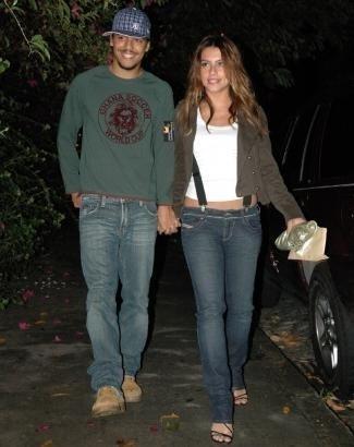 Ago.2006 - De mãos dadas com o então namorado Túlio Dek, Cleo chega à festa de José Wilker, no Rio