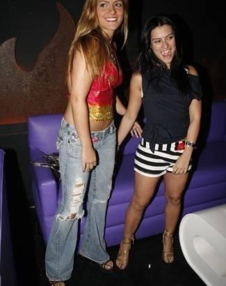 Dez.2006 - De shortinho e salto alto, Cleo Pires curte festa de aniversário de boate em Ipanema, no Rio