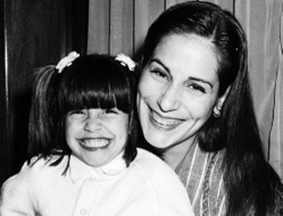 Cleo Pires na infância: sorrisão para foto com a mãe, Glória Pires