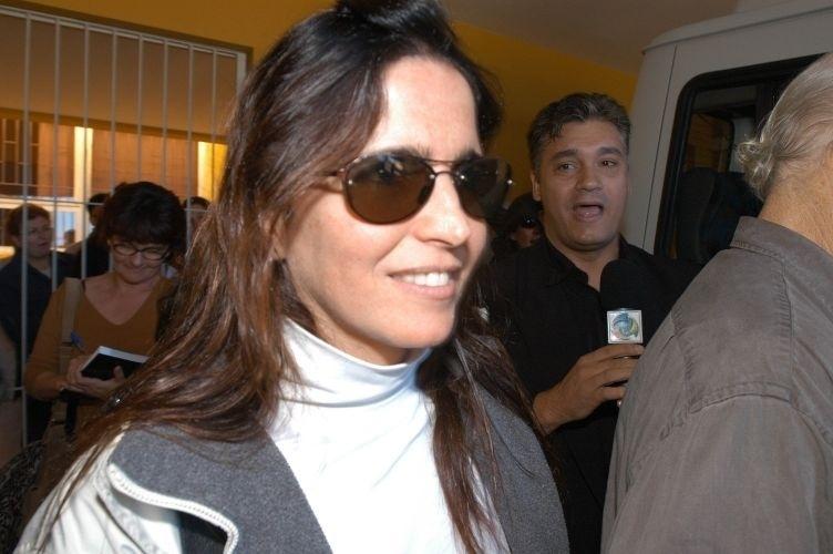 Malu Mader deixa Florianópolis (SC), onde passou mal e acabou sendo internada. Ela foi operada para remover um cisto no cérebro em uma cirurgia que durou cerca de três horas (13/8/05)