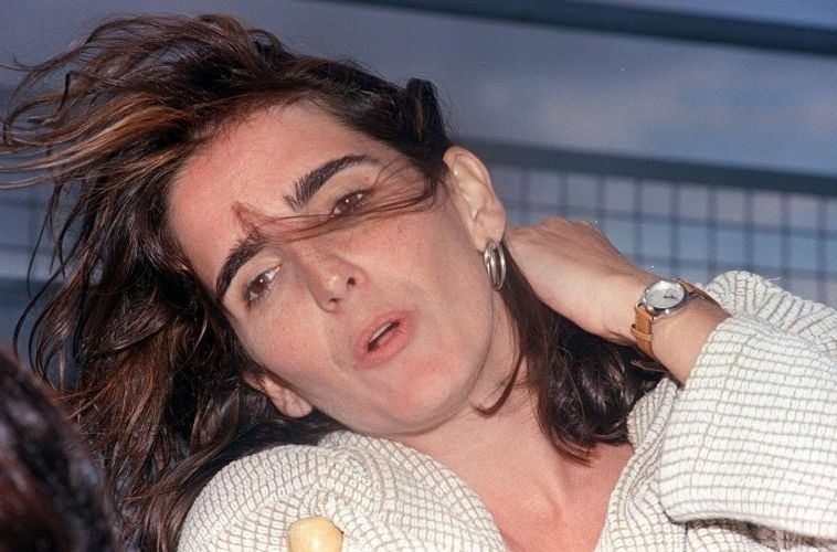 Malu Mader durante gravação do seriado 'A Justiceira', na torre de TV em Brasília. Na trama, ela vive a ex-policial Diana, que tem o filho sequestrado por traficantes de armas e resolve agir contra a criminalidade. Criada para ter 32 episódios, a série teve de ser reduzida a 12, porque Malu engravidou durante a produção (7/11/96)