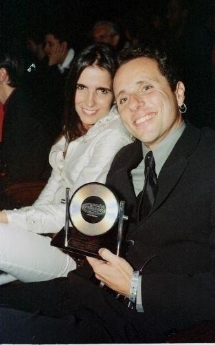 Malu Mader e o marido, o músico e escritor Tony Bellotto, durante a cerimônia de premiação do Sétimo Prêmio Multishow, no Teatro Municipal do Rio de Janeiro (17/5/00)
